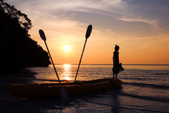 Dziewczyny pozycja na kajaku na plaży Obraz Stock