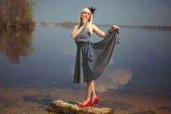 Dziewczyny pozycja na kamieniu w rzece zdjęcie stock