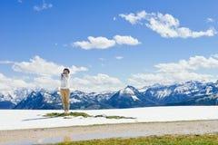 Dziewczyny pozycja na krawędzi Schafberg góra, Austria Zdjęcie Royalty Free