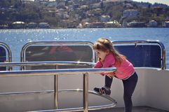 Dziewczyny pozycja na pokładzie jachtu Wakacje na jachcie Rejs na statku Podróż przez ocean Zdjęcie Stock