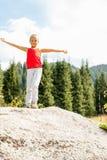 Dziewczyny pozycja na wielkie kamienne góry Obrazy Royalty Free