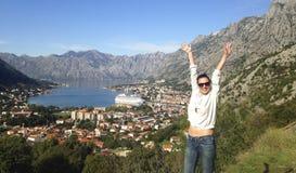 Dziewczyny pozycja na wzgórzu z widokiem na miasteczku w Adriatic morzu Zdjęcie Royalty Free