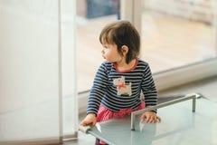 Dziewczyny pozycja przy stołem z ochroną na kątach zdjęcia royalty free