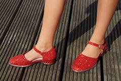 Dziewczyny pozycja w czerwonych tanów butach Obrazy Stock