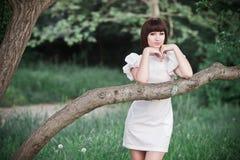 Dziewczyny pozycja w zieleniach Fotografia Stock
