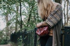 Dziewczyny pozycji ogrodzenie miasto park obrazy royalty free