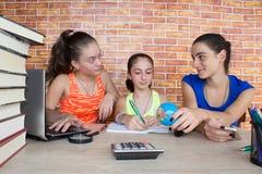 Dziewczyny praca na jego pracie domowej Portret Trzy dziewczyn ładnej szkoły średniej studencki studiowanie Zdjęcie Stock