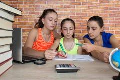 Dziewczyny praca na jego pracie domowej Portret Trzy dziewczyn ładnej szkoły średniej studencki studiowanie Obraz Stock