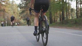 Dziewczyny prz?dzalnictwo peda?uje na bicyklu w parku z cyklistami i biegaczami na tle swobodny ruch zdjęcie wideo