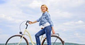 Dziewczyny przejażdżki krążownika modela bicykl Zdrowy najwięcej ekologicznie zadowalających i życzliwych najwięcej form jaźń obrazy stock