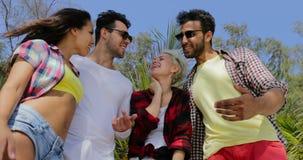 Dziewczyny przejażdżki mężczyzna Popierają Na plaży, Dwa para Ma zabawa Szczęśliwych Uśmiechniętych turystów Na wakacje letni zbiory wideo