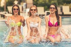 Dziewczyny przy basenem Obraz Royalty Free