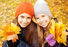 Dziewczyny przy jesienią Zdjęcie Royalty Free