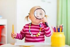 dziewczyny przyglądający magnifier berbeć Obraz Royalty Free