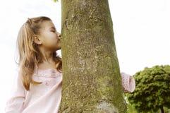 Dziewczyny przytulenia drzewo w parku. Obrazy Royalty Free
