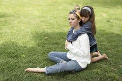 Dziewczyny przytulenie za jej siostrą obraz royalty free