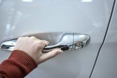 Dziewczyny ręki mienia samochodu doorhandle Obrazy Royalty Free