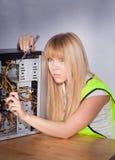 Dziewczyny repairomg komputerowy narzędzia Zdjęcie Royalty Free