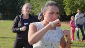 Dziewczyny robią szkolenie ponczom w powietrzu przy parkiem outdoors, zdrowy styl życia zbiory