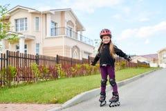 Dziewczyny Rolkowy łyżwiarstwo w ulicie Zdjęcie Royalty Free