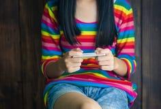 Dziewczyny są ubranym skróty i koszulowego jaskrawego koloru różnorodne pozy Fotografia Royalty Free