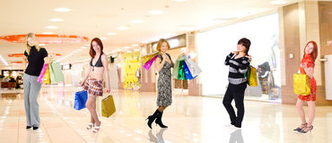 dziewczyny są zgrupowane w centrum handlowym zakupów Obraz Stock