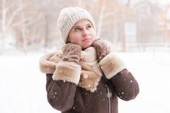 Dziewczyny ` s portret w zimie w parku Obraz Stock