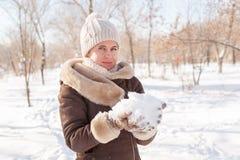 Dziewczyny ` s portret w zimie w parku Zdjęcia Royalty Free