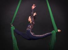 Dziewczyny ` s powietrzne akrobacje w obrazach Zdjęcia Royalty Free