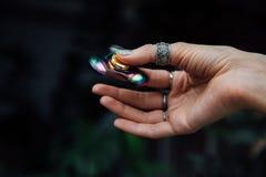 Dziewczyny ` s ręka z wiercipięta kądziołkiem Trzyma błyszczącego kruszcowego ręka kądziołka Hipisi i cyganeria Fotografia Royalty Free