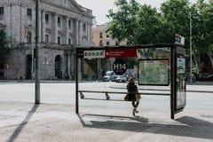 Dziewczyny samotny czekanie dla autobusu zdjęcia royalty free