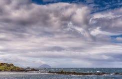 Dziewczyny schronienie, zatoka & Ailsa Craig w distanc Blisko Girvan Zdjęcia Royalty Free