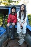 Dziewczyny siedzi na ciągniku zdjęcie royalty free
