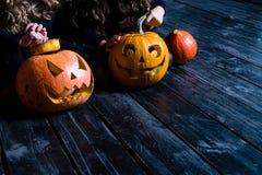 Dziewczyny siedzi z Halloweenową banią przewodzą dźwigarka lampion na da zdjęcia stock