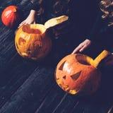 Dziewczyny siedzi z Halloweenową banią przewodzą dźwigarka lampion na da obrazy royalty free