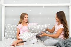 Dziewczyny sleepover przyjęcia pomysły Soulmates dziewczyny ma zabawy sleepover przyjęcia Dziewczyna szczęśliwi przyjaciele z śli obraz royalty free