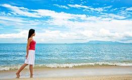 dziewczyny smokingowej plażowej czerwony spacerować Fotografia Stock