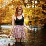 dziewczyny spacerów woda który Zdjęcie Stock