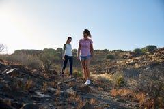 Dziewczyny spaceruje w dół skalistej góry ścieżkę Obraz Stock