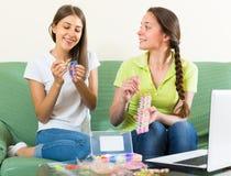 Dziewczyny splata bransoletki w domu Obraz Stock