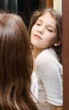 dziewczyny spojrzenia lustro nastoletni Obraz Stock