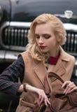 Dziewczyny spojrzenia przy zegarem na jej ręce obrazy stock
