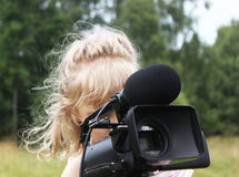 Dziewczyny spojrzenie celownica kamera wideo Zdjęcia Stock