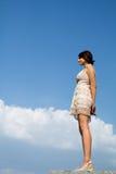Dziewczyny spojrzenie przy niebem Zdjęcia Royalty Free