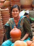 Dziewczyny sprzedawania garncarstwo, Kathmandu, Nepak zdjęcia stock