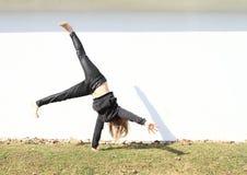 Dziewczyny stażowy cartwheel obrazy stock