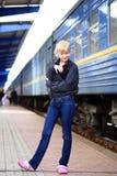 dziewczyny stacja kolejowa Obraz Stock