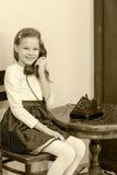 dziewczyny stary telefonu target1615_0_ Zdjęcia Stock