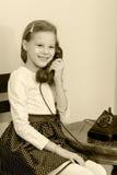 dziewczyny stary telefonu target1615_0_ Zdjęcia Royalty Free