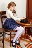 dziewczyny stary telefonu target1615_0_ Obrazy Royalty Free